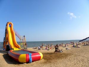 Надувные горки на пляже
