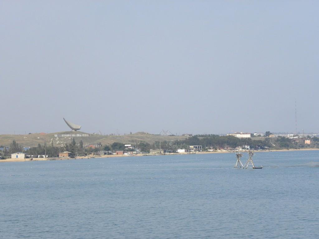 Лов рыбы с помощью сетеподъемных легких башен - каравий, Керченский пролив у курорта Героевское (Эльтиген)