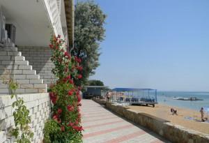 Героевка. База отдыха Коралл, балконы двухэтажного корпуса с номерами люкс,  набережная и песчаный  пляж на Керченском проливе