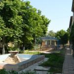 Героевка. База отдыха Коралл, внутренний двор с тенистым озеленением, площадками спорта, игр, отдыха, общения