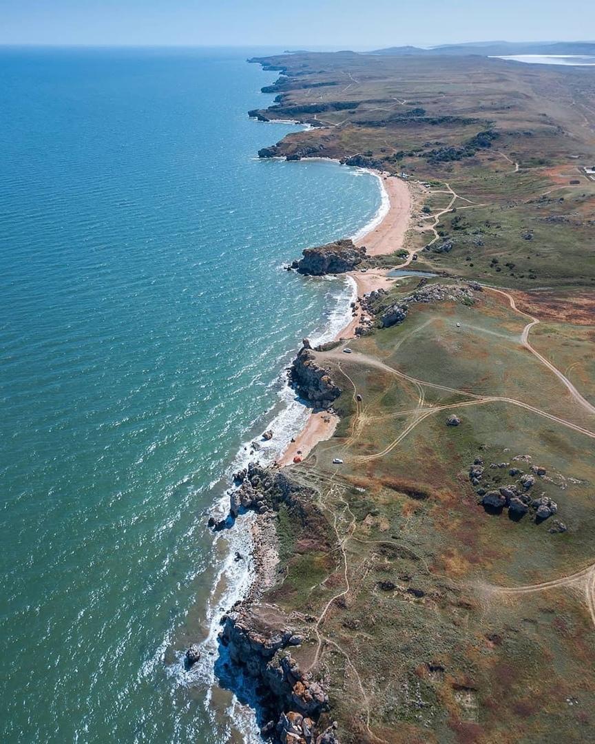 Такие небольшие пляжи в оползневых цирках называются в геоморфологии карманными. Считается хорошим тоном над каждым пляжем располагаться только своей компанией. Внимание: оставлять автомобили и делать палаточный лагерь только на травяном покрове, Песок целиком накрывается штормами.