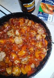 Бигус готовится на сковороде. Сочетание поджаривания и томления