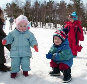 На снегу Крымских гор малышей надо одевать в непромокаемую и лёгкую одёжку с памперсами.