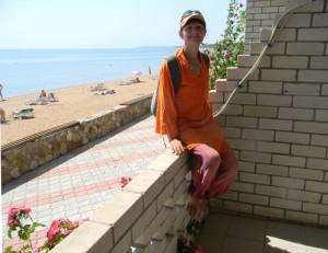 Героевка. База отдыха Коралл, балкон двухкомнатного семейного номера, прогулочная набережная и пляж на Керченском проливе