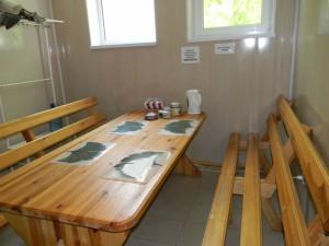 Героевка. База отдыха Коралл, комната отдыха со столом и скамьями в сауне