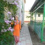 Героевка. База отдыха Коралл, внутренний дворик с цветущей лианой клематис, спортивными сооружениями, детской игровой площадкой